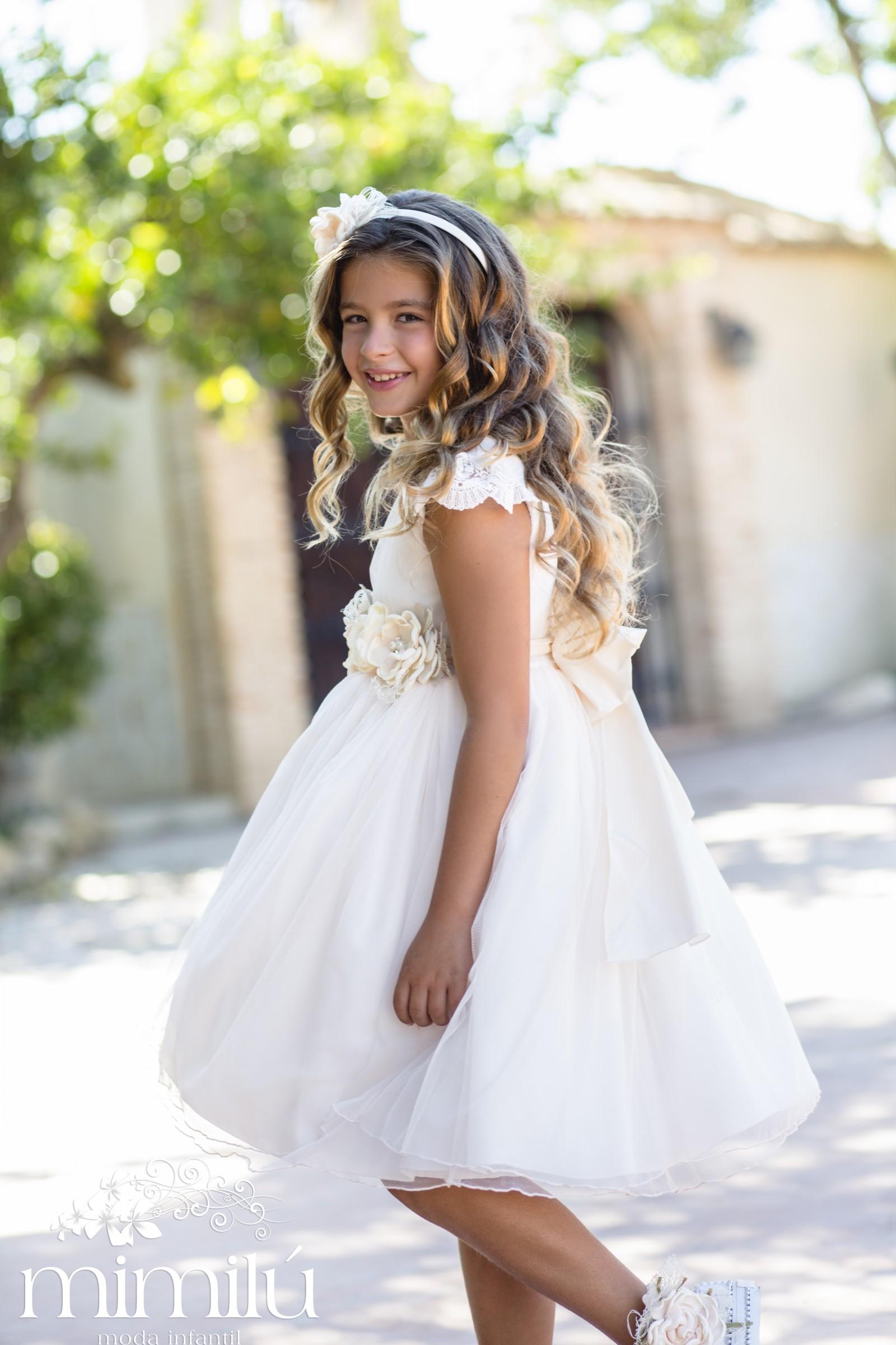 3ac24bbdb879 Un nuovo modo per cambiare il tipico abito da cerimonia avvicinandoci  sempre più ad una tendenza armoniosa e naturale che faccia sentire i nosti  piccoli
